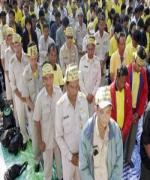 กลุ่มชมรมพนักงานราชการครูผู้สอนแห่งประเทศไทย กว่า 100 คน บุกทำเนียบ