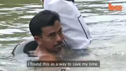 ครูอินเดีย ลุยน้ำไปสอนหนังสือเด็กนานกว่า 20 ปี
