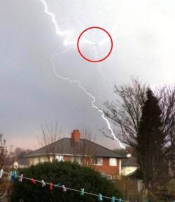 เผยภาพสุดน่ากลัว ฟ้าผ่าเครื่องบินขณะบินกลางเวหาในอังกฤษ