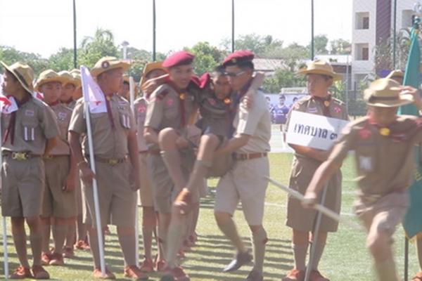 แดดร้อนเวอร์! ทำนักเรียนยืนรอประธานเปิดงานลูกเสือนานเป็นลมกว่าครึ่งร้อย