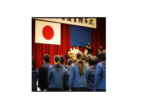 """ศาลญี่ปุ่นไฟเขียว """"ตัดเงินเดือน"""" ครูที่ไม่ยอมยืนร้องเพลงชาติ"""